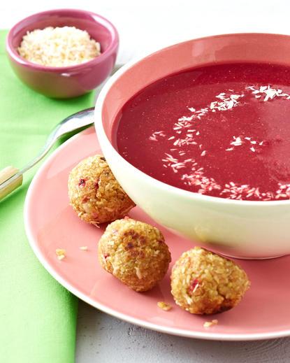 Supă de sfeclă roșie cu chiftele de quinoa și cocos
